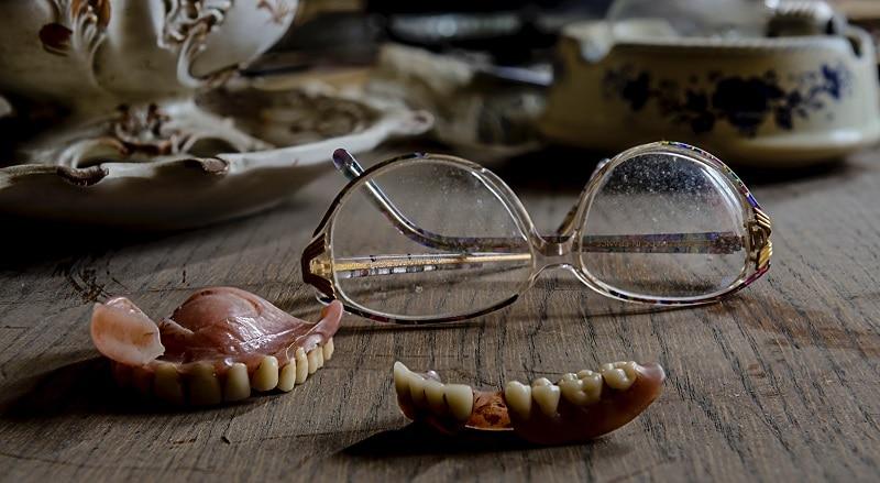 dantura si ochelari vechi